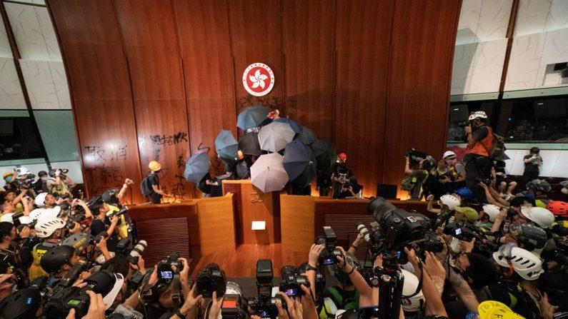 Los manifestantes se reúnen en el podio después de irrumpir en el edificio del Consejo Legislativo en Hong Kong el 1 de julio de 2019. (Li Yi/La Gran Época)