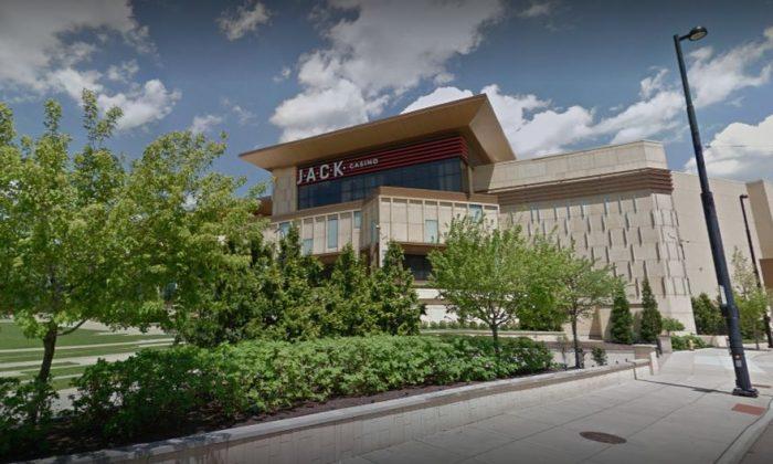"""Una mujer de Ohio dijo que tropezó y se cayó con un letrero de """"piso mojado"""" en el Casino Jack de Cincinnati y un jurado le otorgó 3 millones de dólares. (Google Street)"""