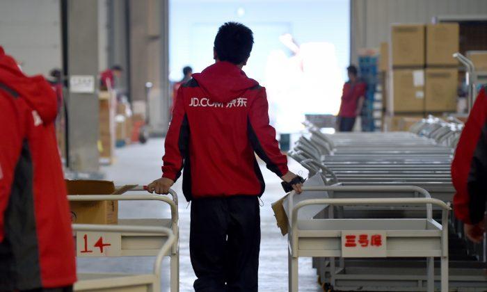 Foto de archivo de un empleado que trabaja en la tienda online china JD.com (WANG ZHAO/AFP/Getty Images)