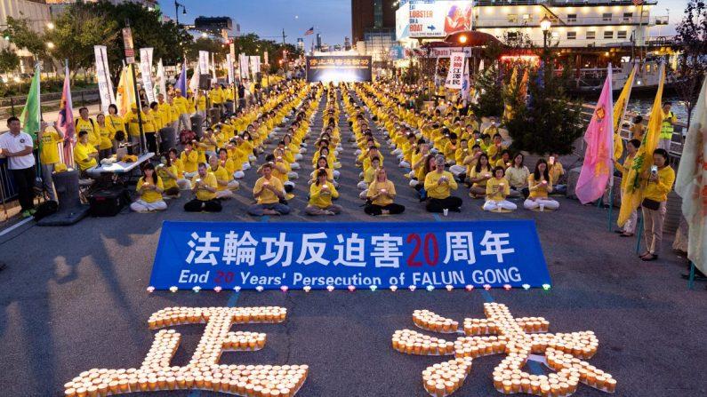 Los practicantes de Falun Dafa se reunieron frente al consulado chino para conmemorar el vigésimo aniversario de la persecución en China, en Nueva York, el 15 de julio de 2019. (Larry Dye/La Gran Época)