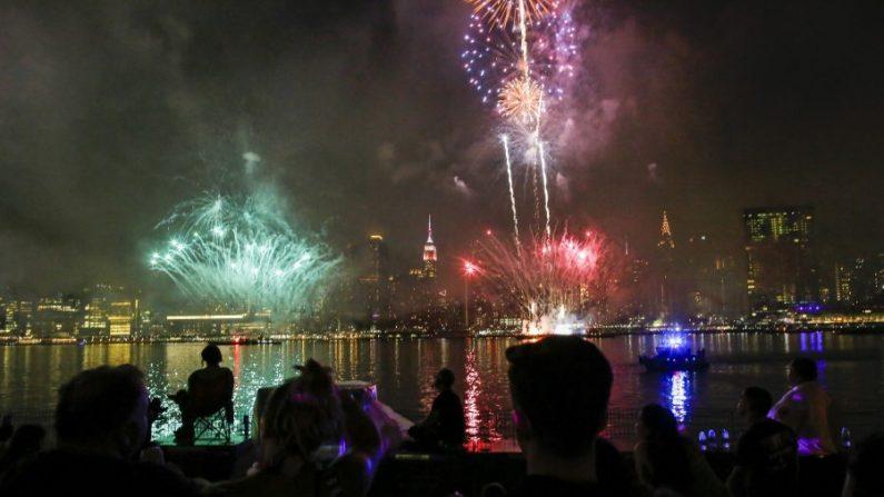 La gente ve los fuegos artificiales estallar sobre la ciudad de Nueva York en una foto de archivo. (Eduardo Muñoz Álvarez/Getty Images)