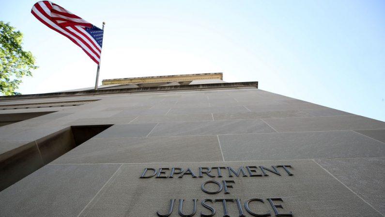 Una bandera estadounidense ondea fuera del Departamento de Justicia, en Washington, el 24 de mayo de 2018. (Mark Wilson/Getty Images) Una bandera estadounidense ondea fuera del Departamento de Justicia, en Washington, el 24 de mayo de 2018. (Mark Wilson/Getty Images)