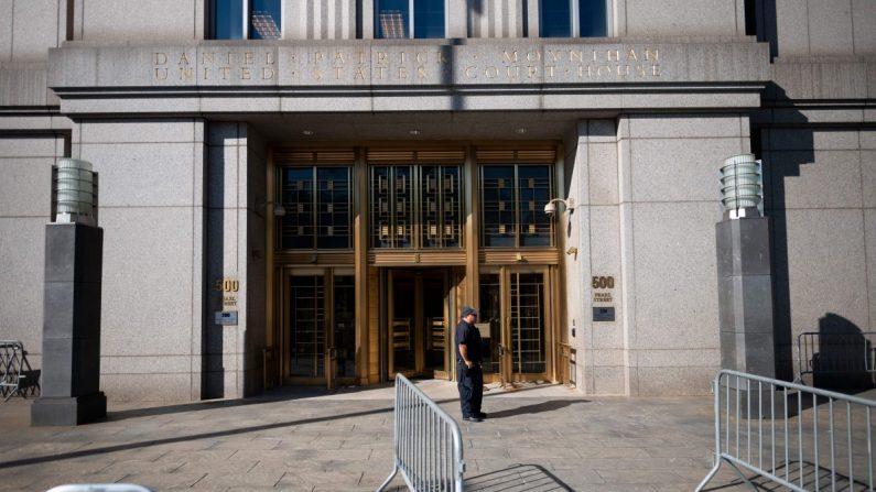 Un policía se para en el juzgado antes de una audiencia de fianza en el caso de tráfico sexual de Jeffrey Epstein en la ciudad de Nueva York el 15 de julio de 2019. (Johannes Eisele/AFP/Getty Images)