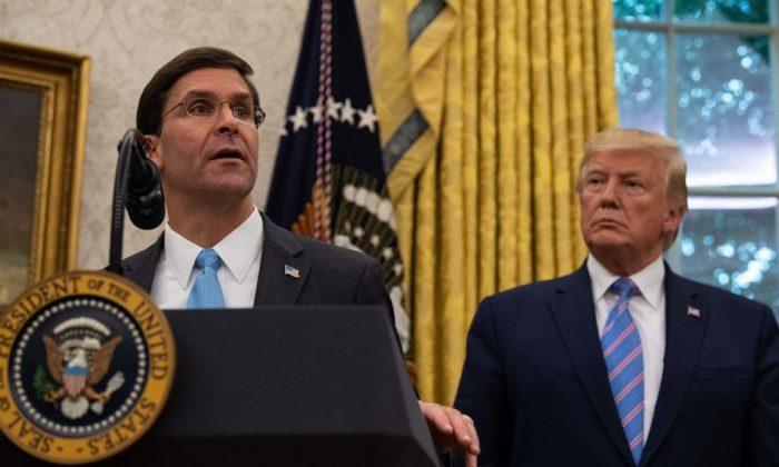 El secretario de Defensa de Estados Unidos, Mark Esper, habla después de su juramento mientras el presidente Donald Trump observa en la Oficina Oval de la Casa Blanca en Washington, el 23 de julio de 2019. (Nicholas Kamm/AFP/Getty Images)
