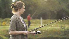 """Abuela logra atrapar al """"Monstruo del Río"""" de 40 kg, el pez más grande que ha visto en su vida"""
