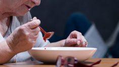 Madre con Alzheimer no reconoce a su hijo, pero una dieta especial le devuelve la memoria