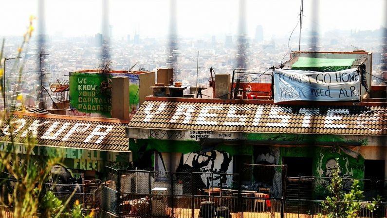 """""""Okupa y resiste"""", """"conocemos su paraíso capitalista"""", """"turistas vuelvan a sus casas, los parques necesitan aire"""" pintado sobre casa ocupada en Barcelona. (Pixabay)"""