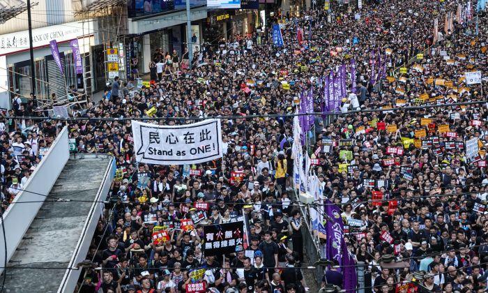 Manifestantes marchan en las calles de Hong Kong durante la concentración anual del 1 de julio de 2019. (Yu Gang/La Gran Época)