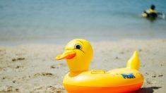 Niño subido a un pato inflable es arrastrado al interior de un lago y rescatado por un barco