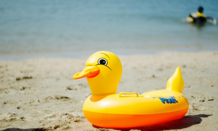 Imagen de archivo de un patito inflable para niños en una playa. (Jeerayut Rianwed/Shutterstock)