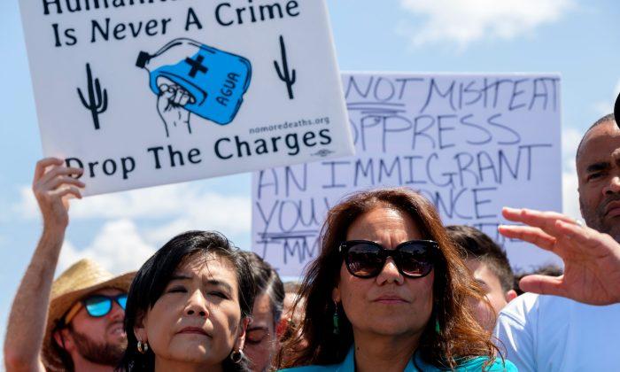 La representante Verónica Escobar (der.) en una conferencia de prensa después de que los legisladores recorrieron las instalaciones de la Patrulla Fronteriza en Clint, Texas, el 1 de julio de 2019. (Luke Montavon/AFP/Getty Images)