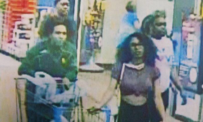 Foto compartida por la policía de la sospechosa entrando en la tienda de Walmart donde se produjo la manipulación de alimentos. (Policía de Lufkin y Bomberos)