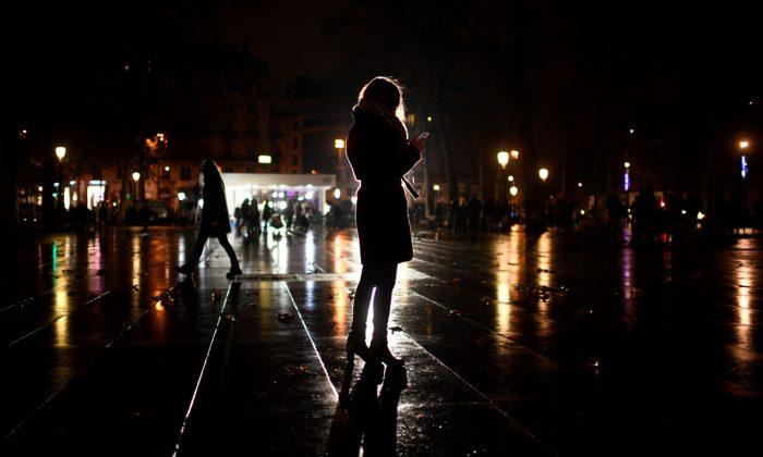 Una mujer al teléfono por la noche. (Martin Bureau/AFP/Getty Images)