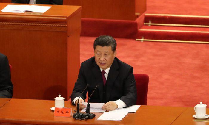 El líder chino Xi Jinping pronuncia un discurso en el Gran Salón del Pueblo en Beijing, el 30 de abril de 2019. (Andrea Verdelli/Getty Images)