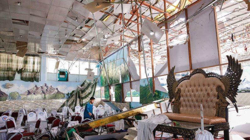 Escombros luego de una explosión de bomba suicida que tuvo como objetivo una boda en Kabul, Afganistán, el 18 de agosto de 2019.(Hedayatullah Amid/EFE)
