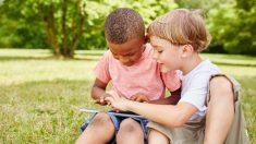 Niño autista llora en su primer día de clases hasta que un compañero toma su mano y cambia su día