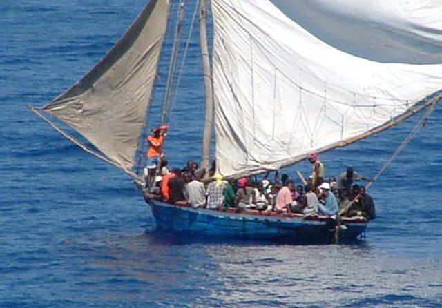 Fotografía del 25 de febrero 2004 en el momento que la guardia costera estadounidense se aproximaba a esta embarcación, en la cual se encontraban ciudadanos haitianos. EFE/Guardia Costera Estadounidense