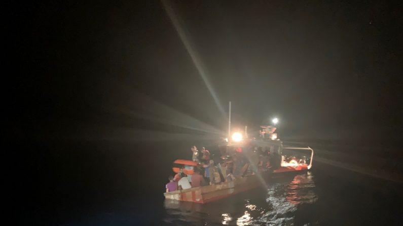 Guardia Costera de Cayo Hueso intercepta una lancha de 45 metros con 27 migrantes cubanos, 22 hombres, cuatro mujeres y un niño, a bordo y los embarcó con seguridad el sábado 27 de julio de 2019 en una lancha de la Guardia Costera. 438 migrantes cubanos intentaron entrar ilegalmente a Estados Unidos a través del mar en el año fiscal 2019, comparado con 384 migrantes cubanos en el año fiscal 2018. (Cortesía Guardia Costera de EE.UU./Daniel McCravy)
