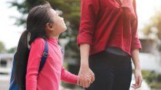 Lleva a su hija el primer día de clases con la pareja de su exmarido y su foto sacude las redes