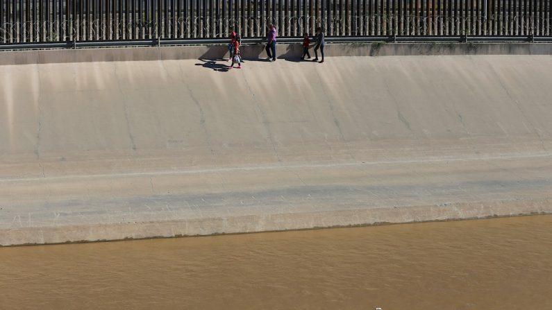 Migrantes centroamericanos intentan adentrarse en territorio estadounidense luego de haber sorteado las aguas del río Grande, en el punto fronterizo de Ciudad Juárez (México), el 12 de agosto de 2019. EFE/ Luis Torres