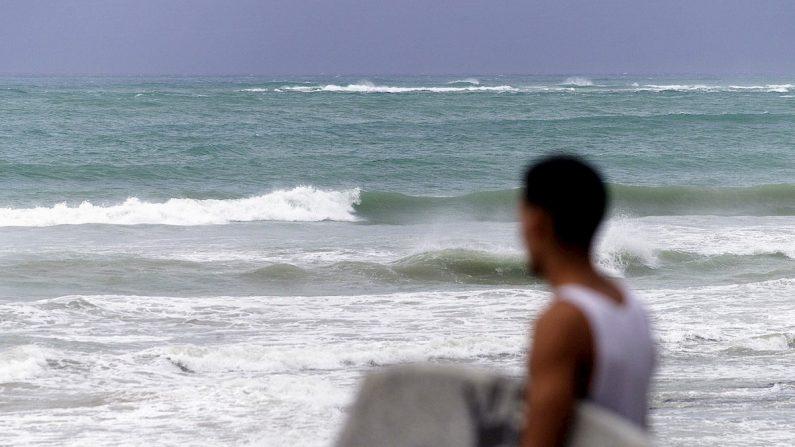 Un joven puertorriqueño observa las olas del mar en San Juan de Puerto Ricol. EFE/Ricardo Figueroa/Archivo
