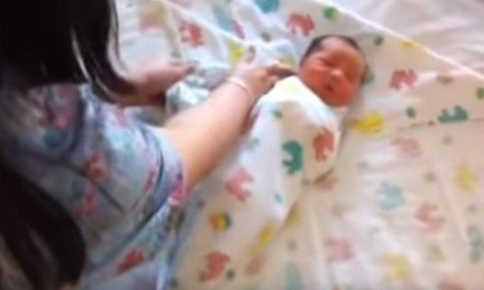 Doble envoltura de bebé. (YouTube)