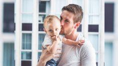 """Papá filma preciosa reacción de su bebé dormido mientras le susurra: """"Te amo"""""""