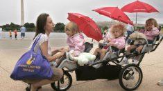 Mamá empuja a sus 3 hijos en un cochecito y completa media maratón batiendo récord mundial