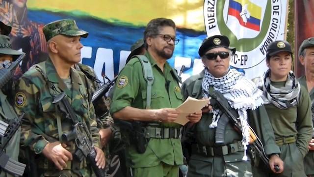 """Imagen del video divulgado en internet por las FARC-EP en el que el número dos de la guerrilla colombiana de las FARC, alias """"Iván Márquez"""", cuyo paradero se desconoce desde hace más de un año, reapareció junto con otros exlíderes de ese grupo para anunciar """"una nueva etapa de lucha"""" armada. (EFE/FARC-EP)"""