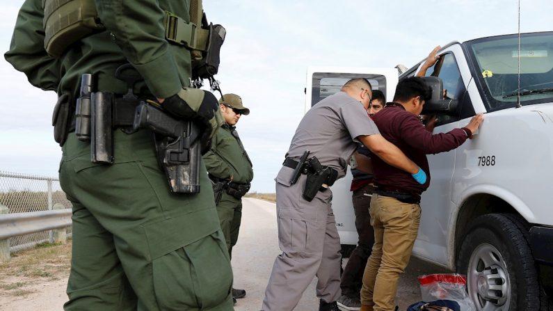 Guardias estadounidenses detienen a inmigrantes que trataban de pasar la frontera de Estados Unidos de forma ilegal. EFE/ Erik S. Lesser/Archivo
