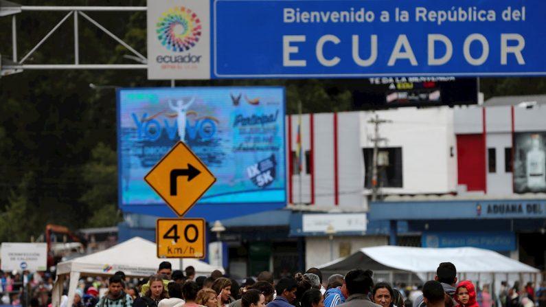 Migrantes venezolanos permanecen el 22 de agosto de 2019 en Rumichaca, en la frontera de Ecuador con Colombia. EFE/José Jácome/Archivo