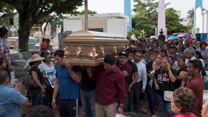 Familiares y amigos de una de las víctimas del bar El Caballo Blanco, asisten al funeral este viernes, en la ciudad de Coatzacoalcos en el estado de Veracruz (México).  (EFE/ Ángel Hernández)