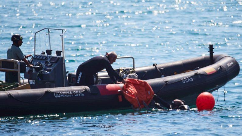 Artificieros de la Armada detonan una bomba de la Guerra Civil hallada ayer en la playa de Sant Sebastià de Barcelona, con 70 kilos de TNT altamente volátil, en un dispositivo que se ha llevado a cabo según lo previsto, sin incidentes relevantes. El proyectil ha sido neutralizado a una milla náutica sobre la vertical de la playa y a 45 metros de profundidad, el 26 de agosto de 2019. EFE/Alejandro García