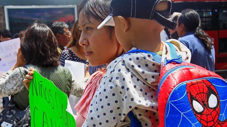 Padres acompañados con sus hijos enfermos de cáncer protestan en las principales avenidas de Ciudad de México (México). EFE/Mario Guzmán/Archivo