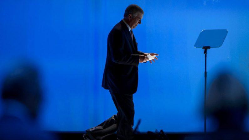 El príncipe Andrew, duque de York, llega al escenario para dirigirse a una ceremonia oficial que conmemora el 60º aniversario de la Organización Europea para la Investigación Nuclear (CERN) en Meyrin, cerca de Ginebra, el 29 de septiembre de 2014. (AFP/Getty Images)