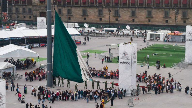 La bandera nacional mexicana se iza en la plaza del Zócalo de la Ciudad de México el 1 de julio de 2018. (RODRIGO ARANGUA/AFP/Getty Images)