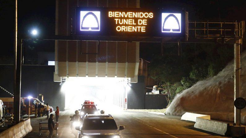 Vehículos usan por primera vez el túnel de oriente durante su inauguración este jueves en Medellín (Colombia). EFE/Luis Eduardo Noriega
