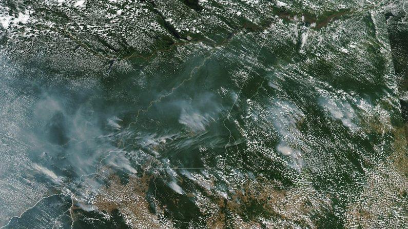 Fotografía tomada el 13 de agosto de 2019 por el Espectrorradiómetro de imágenes de media resolución (MODIS) a bordo del satélite Aqua, y publicada en el servicio terrestre de la NASA, que muestra desde el espacio los focos de incendios forestales en la Amazonía brasileña. EFE/ Observatorio Terrestre de la Nasa