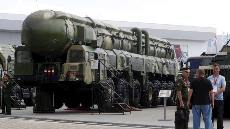 Visitantes conversan delante de un vehículo de lanzamiento del misil balístico estratégico ruso Topol expuesto en el Foro Técnico Internacional Militar 2019 en Alabino, región de Moscú (Rusia). EFE/Maxim Shipenkov/Archivo