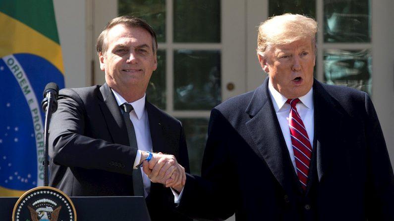 El presidente de Estados Unidos, Donald Trump (d), estrecha la mano de su homólogo brasileño, Jair Bolsonaro (i). EFE/Michael Reynolds/Archivo