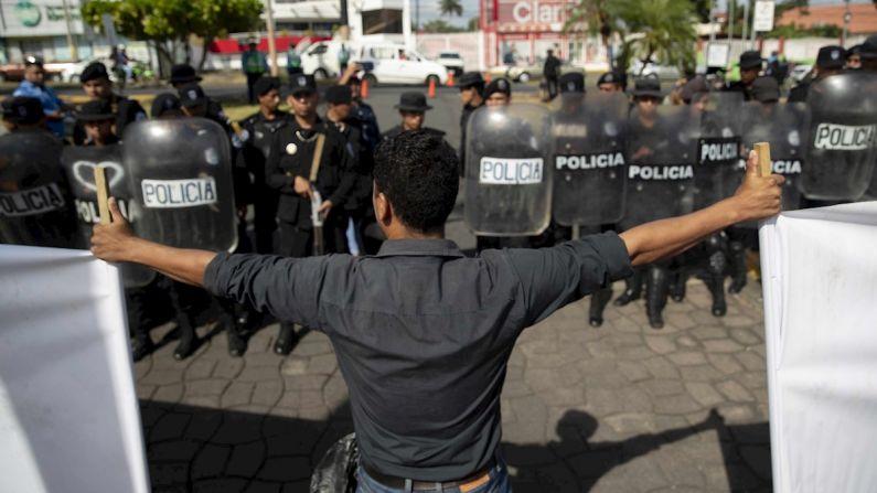Trabajadores del sector salud se manifiestan frente a policías antidisturbios en Managua, Nicaragua. (EFE/Jorge Torres)