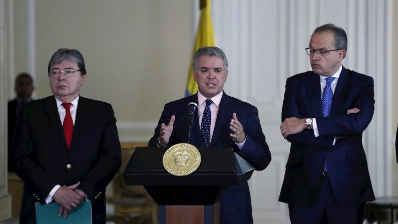 El presidente de Colombia Iván Duque (c) habla junto al canciller Carlos Holmes Trujillo (i) y el grocurador General de la Nación Fernando Carrillo (d) el 5 de agosto de 2019 en Bogotá (Colombia). (EFE/ Mauricio Dueñas Castañeda)