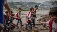 Niños cruzan peligroso río dentro de una bolsa de plástico: nada les impide llegar secos a la escuela