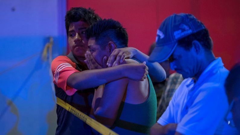 Parentes das vítimas aguardam fora do local onde pelo menos 23 pessoas morreram e 13 outras ficaram gravemente feridas ontem à noite em um suposto ataque de coquetel Molotov em um bar no estado mexicano de Veracruz.  (EFE/Ángel Hernández)