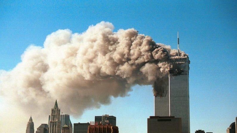 El humo se vierte desde las torres gemelas del World Trade Center luego de que dos aviones secuestrados se choquen contra el edificio en un ataque terrorista en la ciudad de Nueva York el 11 de septiembre de 2001. (Robert Giroux/Getty Images)