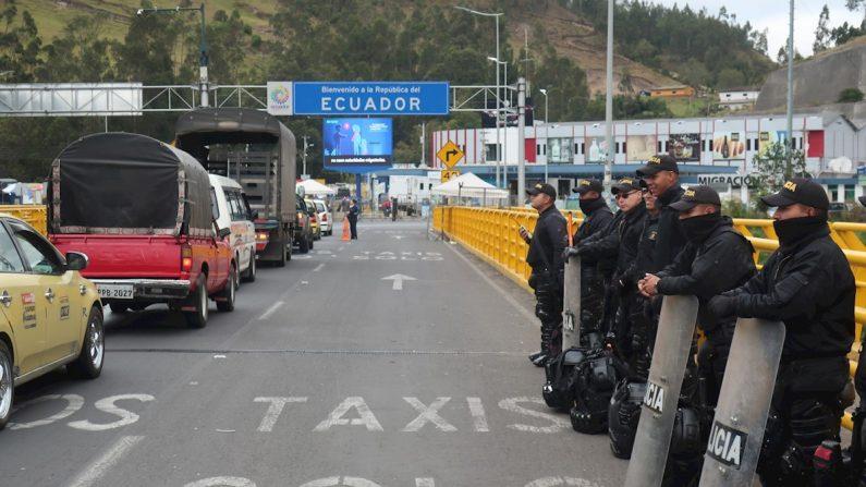 Fuerzas policiales colombianas montan guardia para impedir el paso de migrantes venezolanos, este martes en el Puente Internacional de Rumichaca, frontera entre Colombia y Ecuador. La tensión en el paso de Rumichaca parece decrecer con la reapertura del puente fronterizo, aunque cientos de venezolanos aún esperan del lado colombiano para saber si podrán acceder a Ecuador. EFE/ Elías L. Benaroch