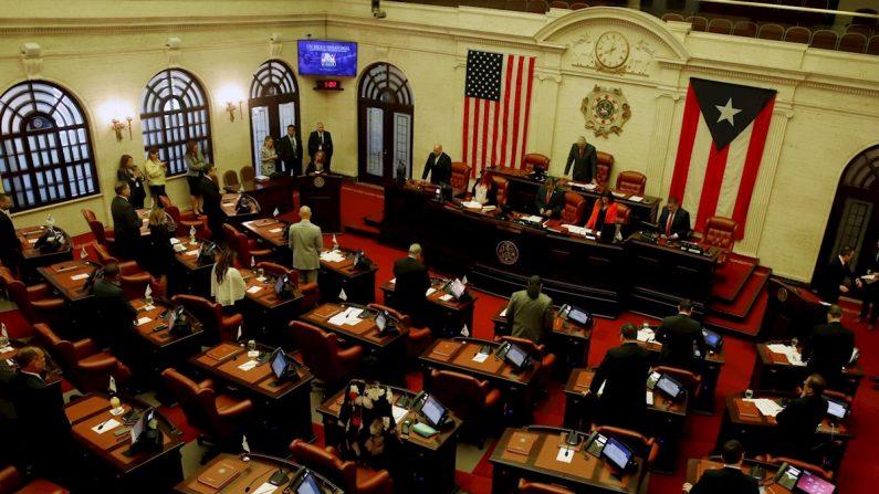 El presidente del Senado, Thomas Rivera Schatz (c), se dirige al senado durante la sesión extraordinaria, este lunes en el Capitolio, en San Juan (Puerto Rico). EFE/Thais Llorca