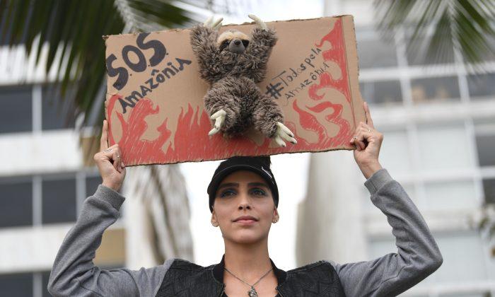 Una activista se manifiesta contra la destrucción de la selva amazónica, en la playa de Ipanema, en Río de Janeiro, Brasil, el 25 de agosto de 2019. (Mauro Pimentel/AFP/Getty Images)