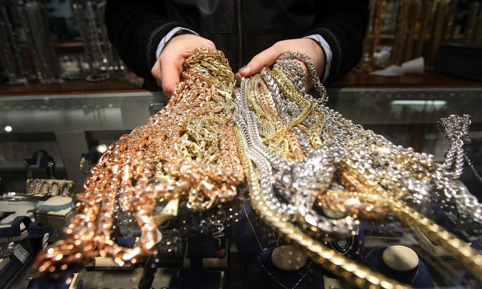 Cadenas de oro a la venta en Avianne & Co. en el Distrito del Diamante de Nueva York el 6 de marzo de 2007. (Mario Tama/Getty Images)