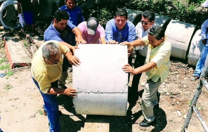Entrega de ductos para el agua. (Ayuntamiento de Macuspana)